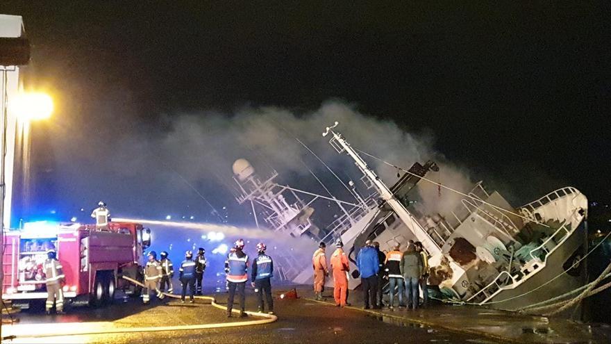 El incendio castiga ya al pesquero de Bouzas con una escora extrema