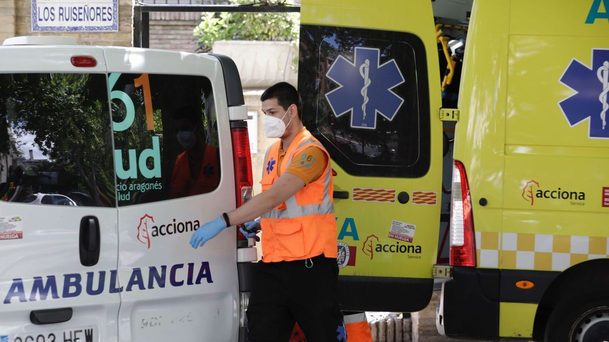 Un sanitario y dos ambulancias en una imagen de archivo.