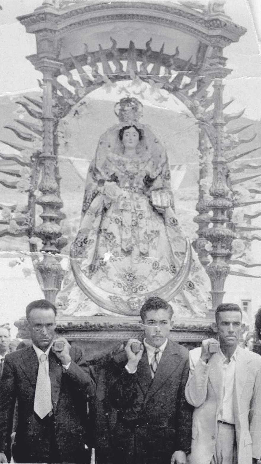 Procesión de la Virgen de la Encarnación, en su antiguo Baldaquino, años 50.