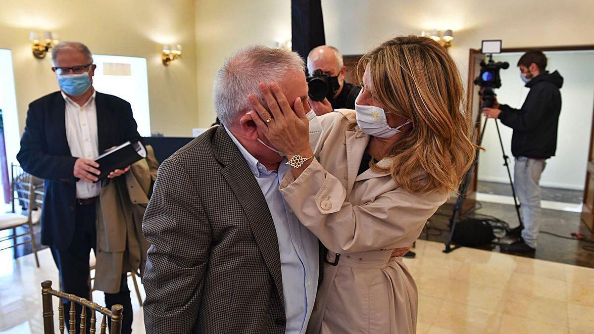 Yolanda Díaz abraza a su padre Suso Díaz, exsecretario general de CCOO, ayer, en A Coruña. |  // V. ECHAVE