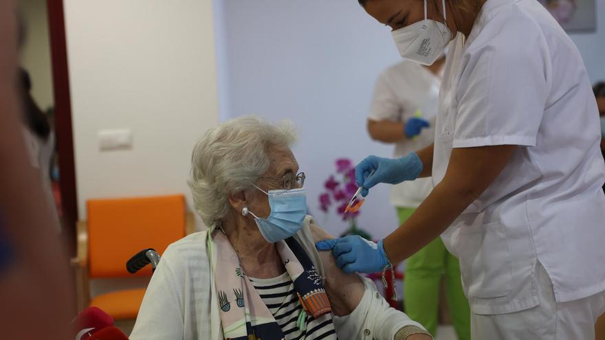 Casi 12.000 residentes recibirán la tercera dosis en menos de un mes en Extremadura