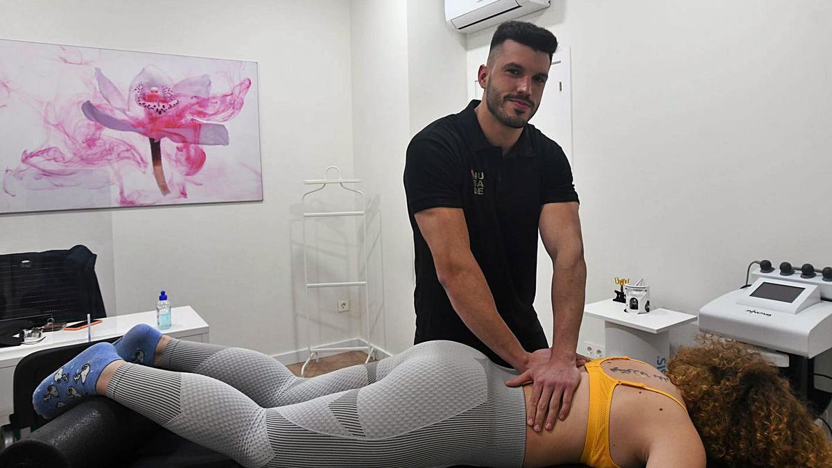 Diego Navarro, tratando a una paciente.
