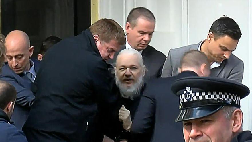 La justícia britànica condemna Assange a 50 setmanes de presó per violar la llibertat condicional