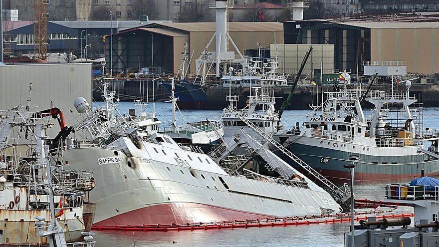 """El Puerto afronta mañana el reflotamiento del """"Baffin Bay"""" en Bouzas"""
