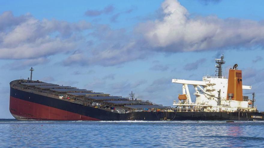 Se parte en dos el buque que vertió petróleo en Mauricio