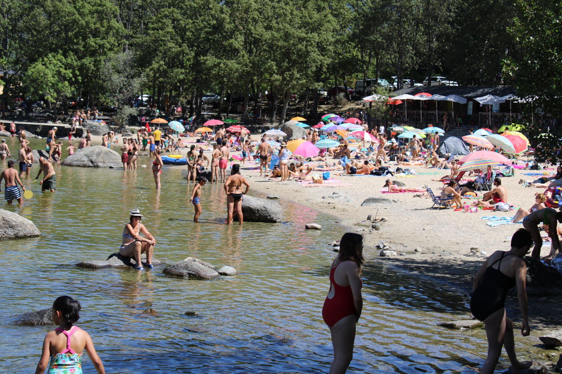 La ola de calor llena las playas del Lago de Sanabria