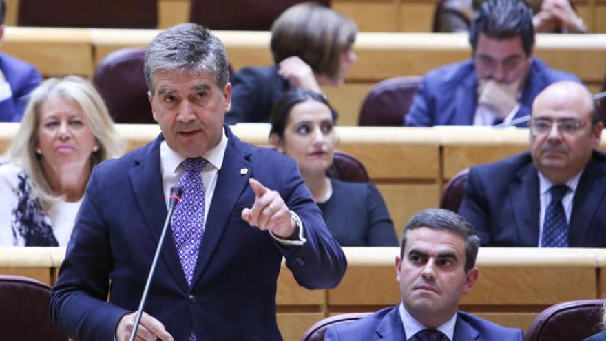 """Cosidó rechaza dimitir y dice sentirse """"respaldado"""" por Casado"""