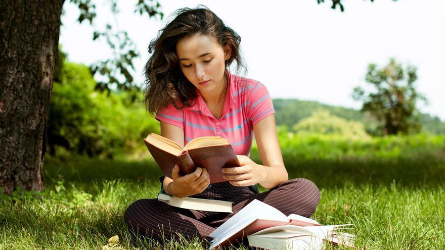 La lectura ofrece múltiples beneficios tanto en jóvenes como en adultos.