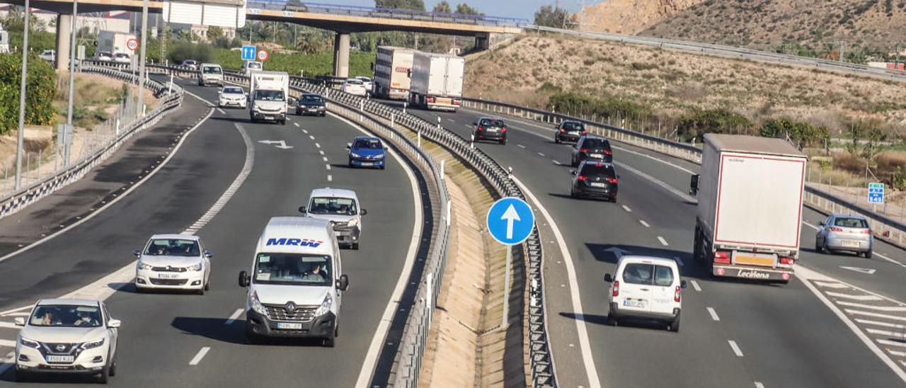 Tráfico en la autovía A-7 entre Alicante y Murcia a su paso por la Vega Baja.