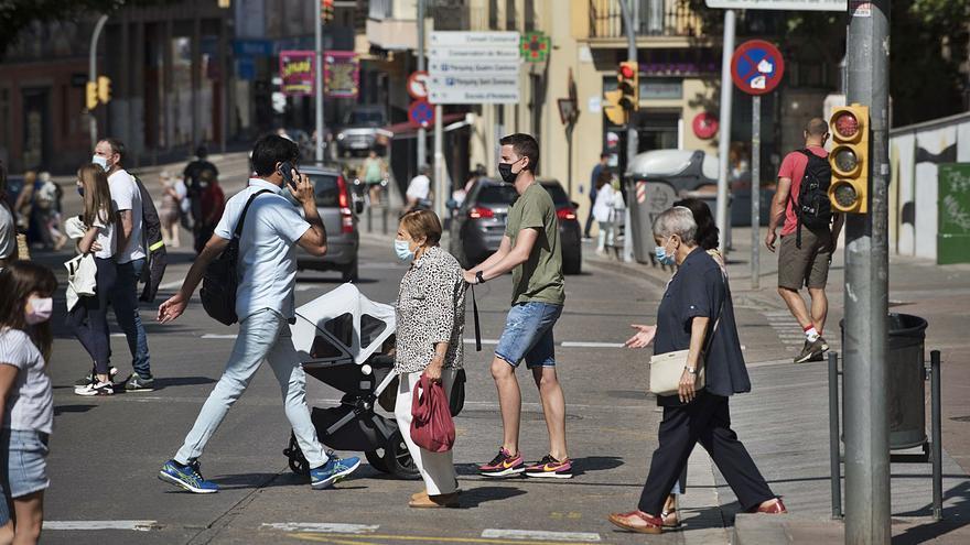 Dues terceres parts dels manresans continuen amb mascareta al carrer