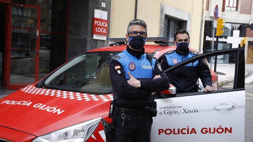 """Los dos agentes que reanimaron a un hombre que entró en parada en Gijón: """"La gente debe perderle el miedo a la RCP"""""""