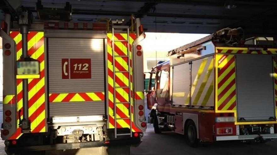 Dos heridos y once desalojados por un incendio en Cádiz