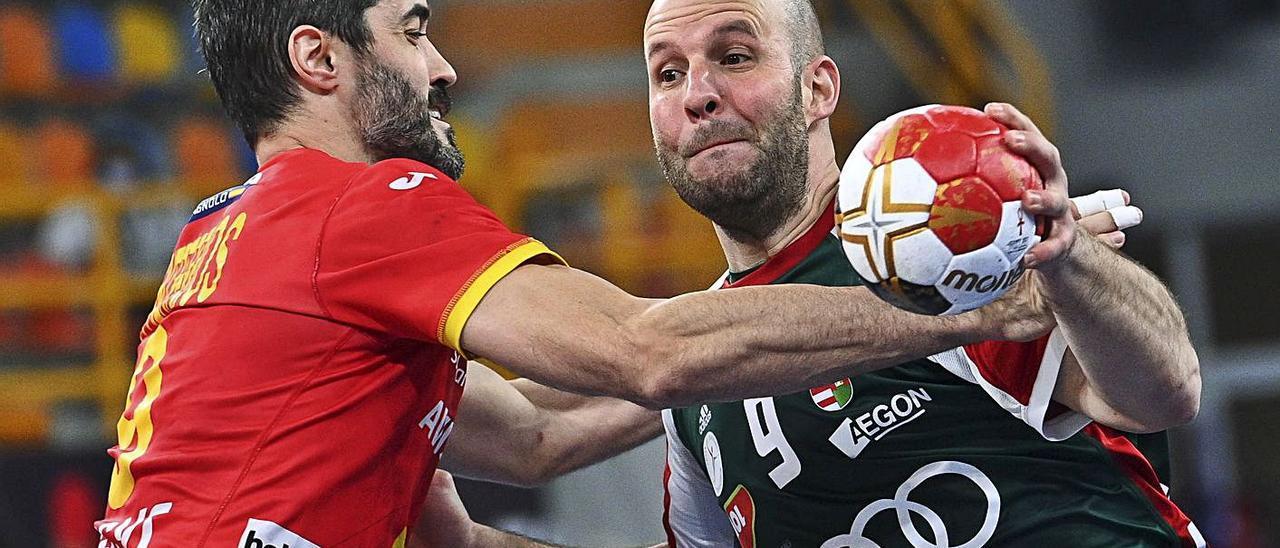 Raúl Entrerríos, a la izquierda, impide la acción ofensiva de Zsolt Balogh durante el España-Hungría de ayer. | Efe