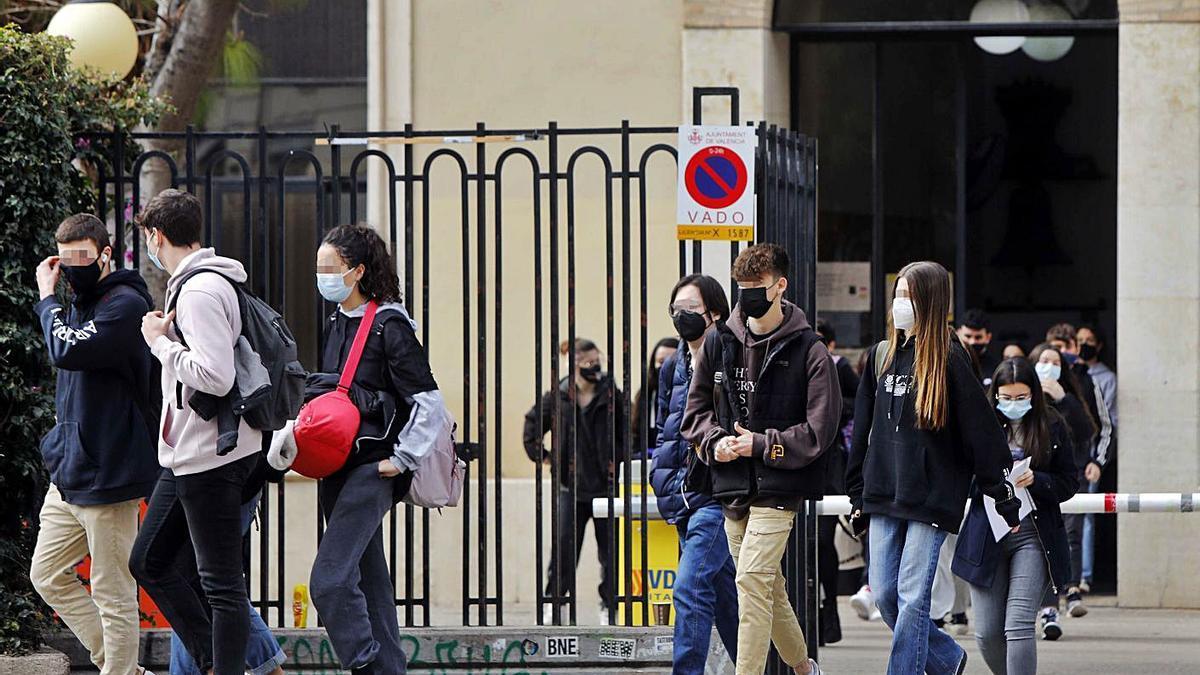 Estudiantes de  secundaria, ayer, al salir de clase.  m.á.montesinos