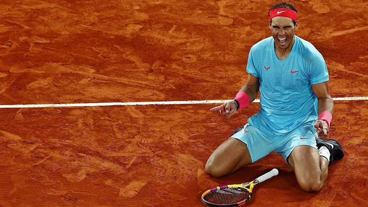Nadal celebra arrodillado su victoria sobre Djokovic en París.