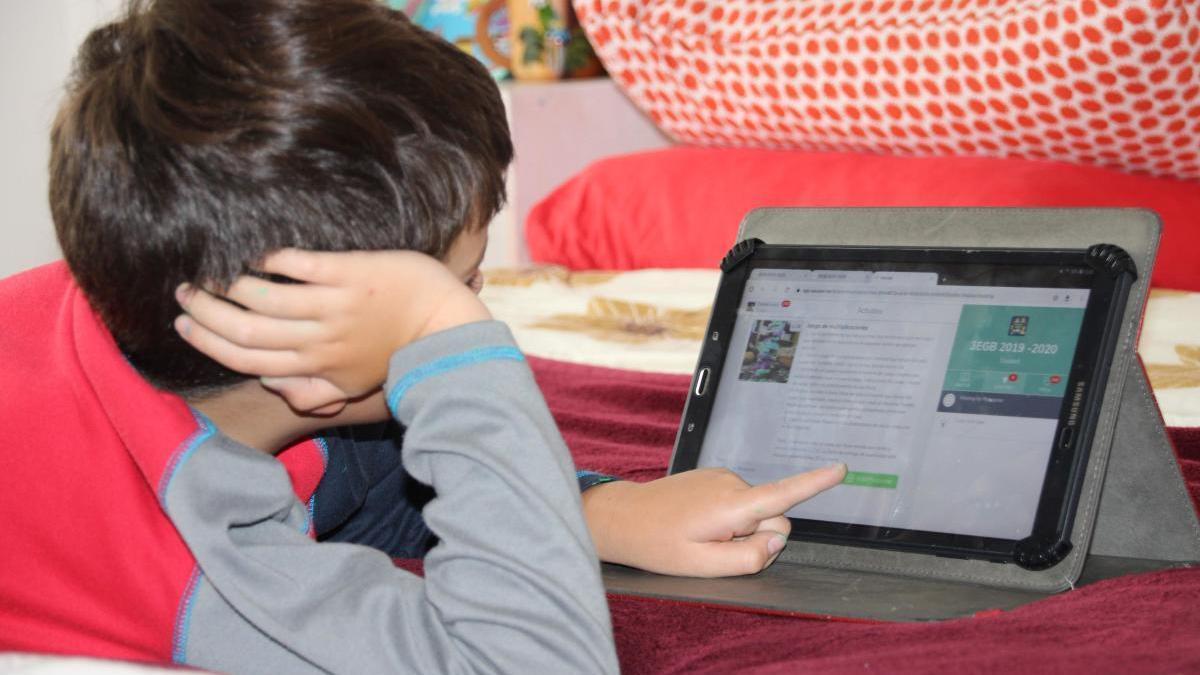 Más de cien alumnos recibirán tabletas para acceder a la educación 'online'