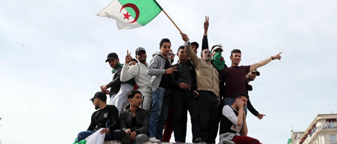 Jóvenes argelinos se manifiestan esta semana en la capital.