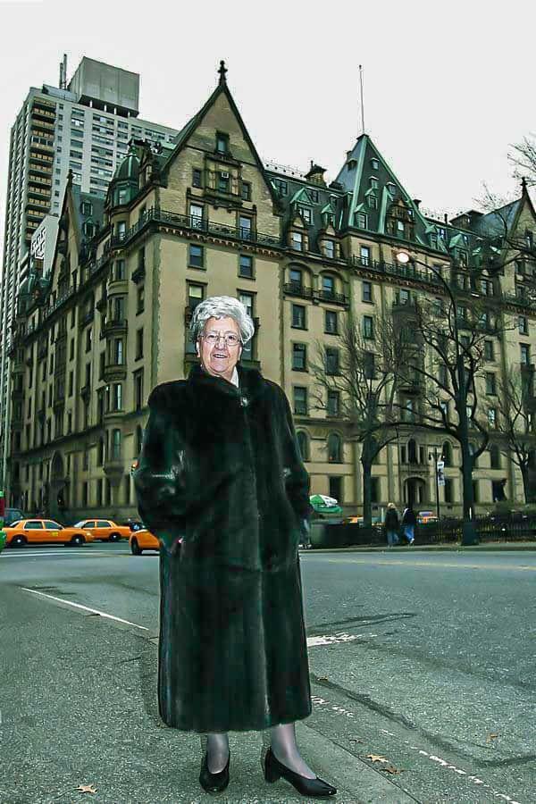 Rosaura López ante el edificio Dakota en Nueva York en 2005.