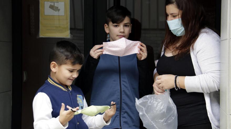 Mascaretes infantils fetes per xarxes de voluntaris perquè els nens surtin protegits