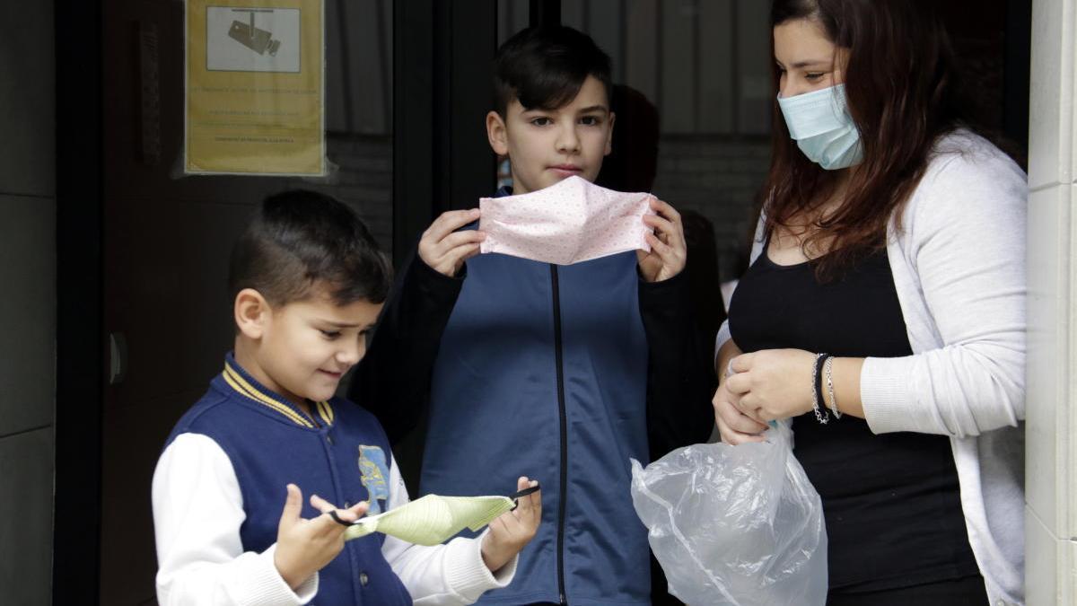 Una família rebent a domicili les mascaretes infantils.