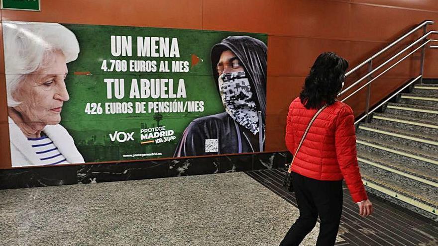 El Govern carrega contra Vox pels cartells «racistes» del 4-M