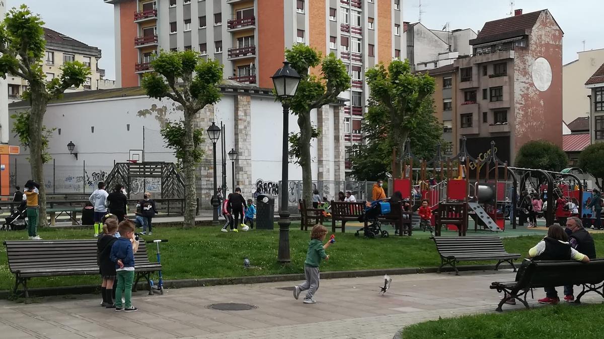 El parque infantil de la Pola, lleno de niños, esta misma semana