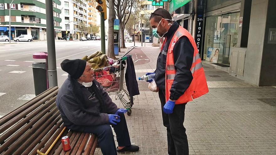 Los voluntarios de Cruz Roja atienden a casi 600 'sin techo' este año en Palma