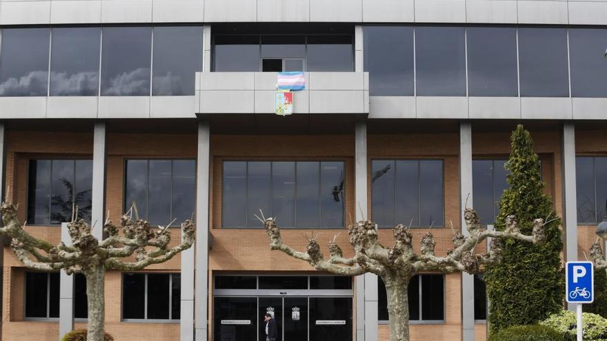 Somos quiere que la bandera transexual ondee en el Ayuntamiento