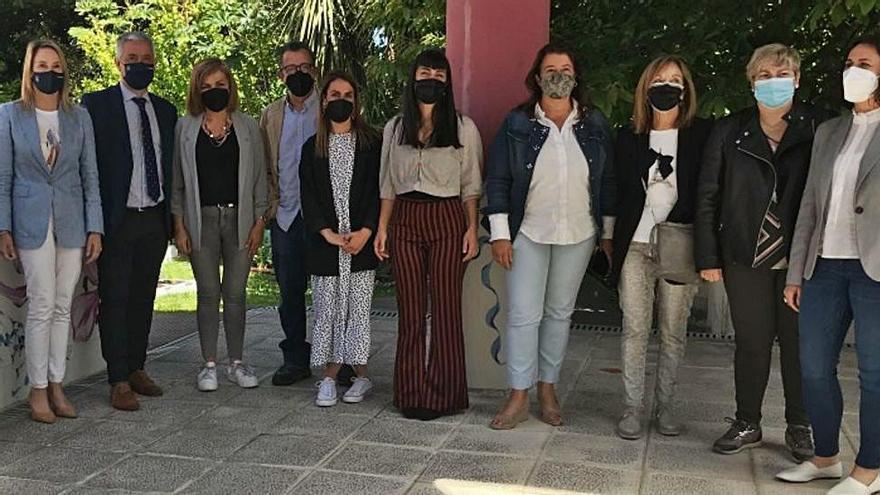 Marta Fernández Tapias y Valentín García (a la izq.), ayer, en el acto en el CEIP Porto Cabeiro.  | // FDV