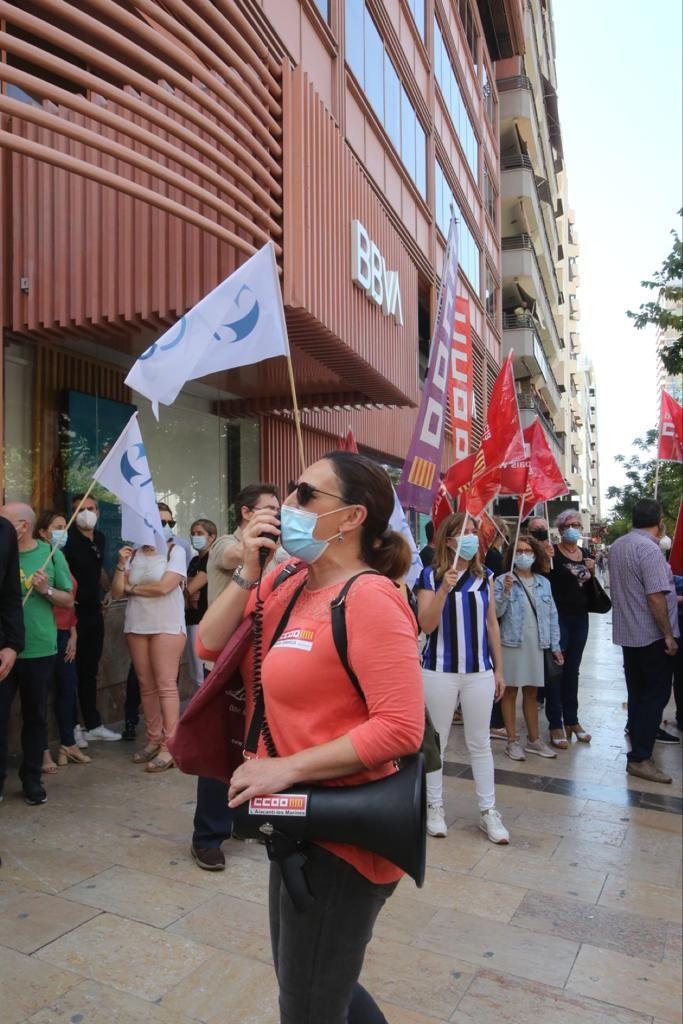 Trabajadores y sindicatos del BBVA protestan en Alicante contra el ERE