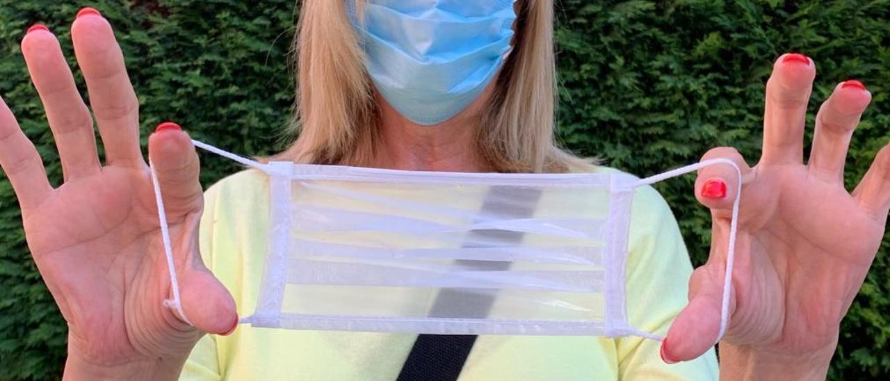 Modelo de mascarilla transparente.