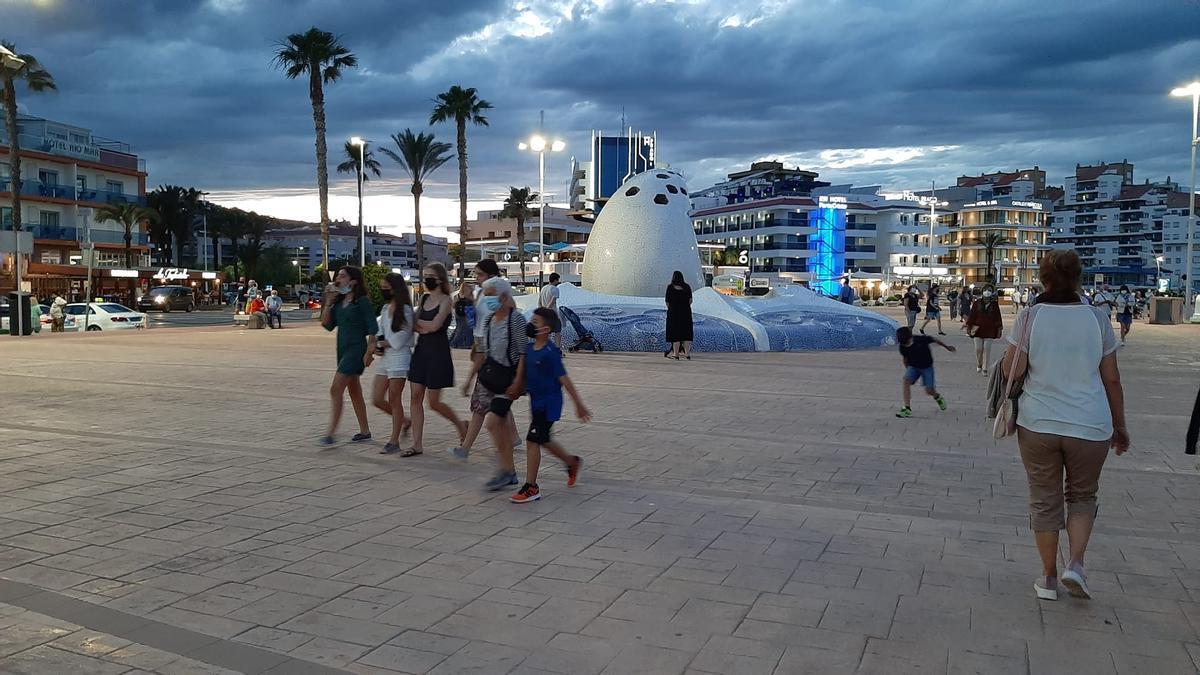 Poca gente en las playas, pero mucha en las terrazas y el paso de Peñíscola.