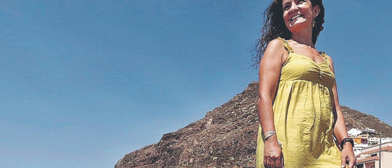La doctora Yolanda Fuentes, en el pueblo sonde se crió. De fondo, la ladera de San Andrés, donde tiene su domicilio familiar.