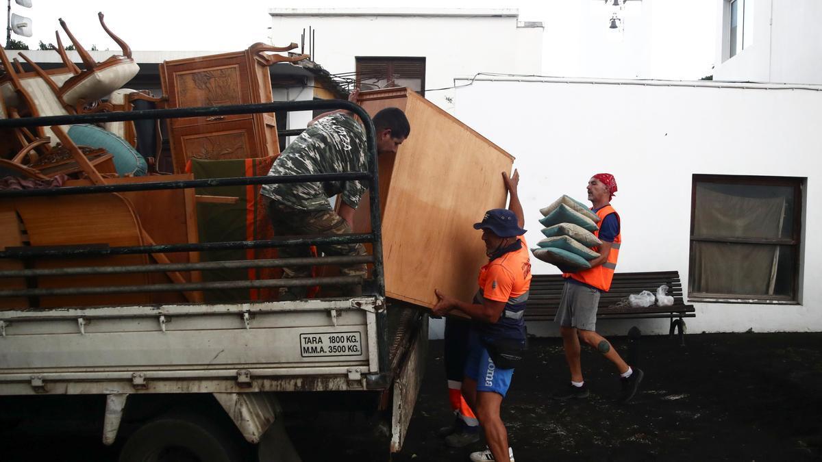 Ordenan la evacuación de varios núcleos en La Palma debido al avance de la lava del volcán en La Palma