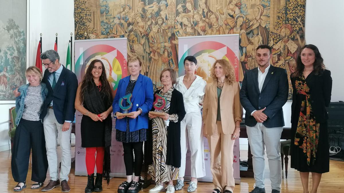 Autoridades, organizadores, artistas y las dos creadoras premiadas posan en la clausura de la muestra