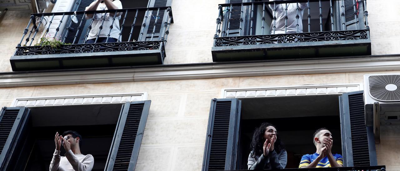 Varias personas en balcones durante el estado de alarma.