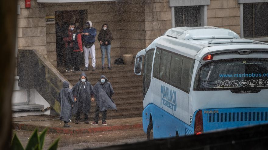 Llegada de inmigrantes al antiguo acuartelamiento de Las Raíces (Tenerife)