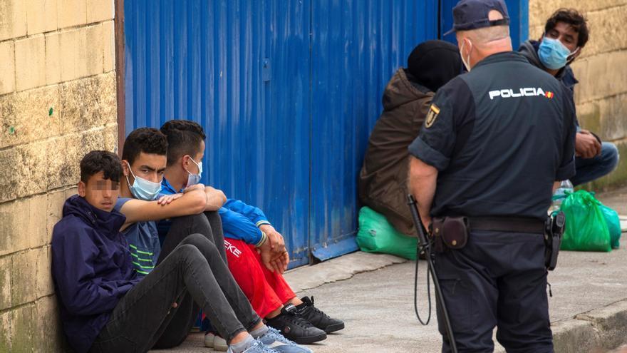 Vox retira su apoyo al Gobierno andaluz por acoger a menores migrantes de la crisis en Ceuta