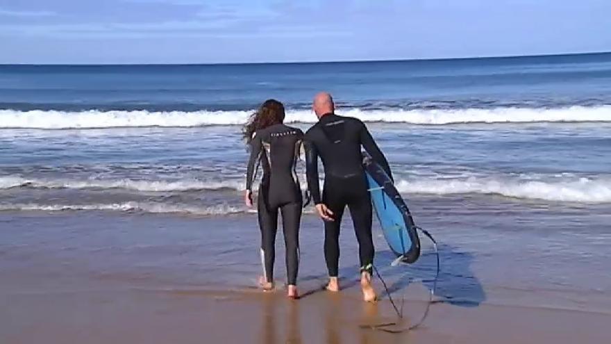 Así es el tándem surf, el deporte que despierta furor en Gijón