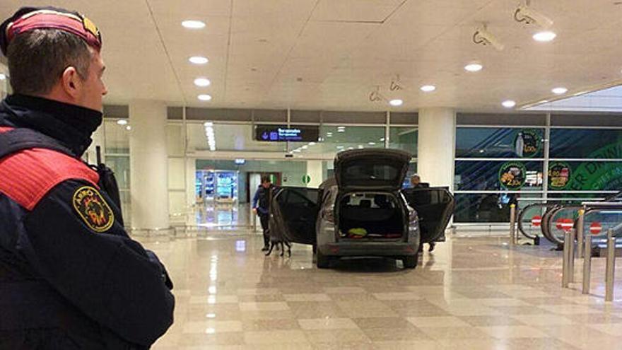 Dos detenidos por acceder en coche a El Prat lanzando proclamas islamistas
