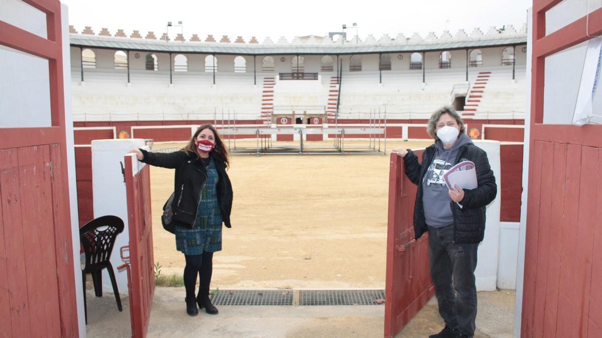 La concejala de Cultura, Raquel Mengual, y la técnico Ximi Vives, en el gran espacio cultural de la plaza de toros
