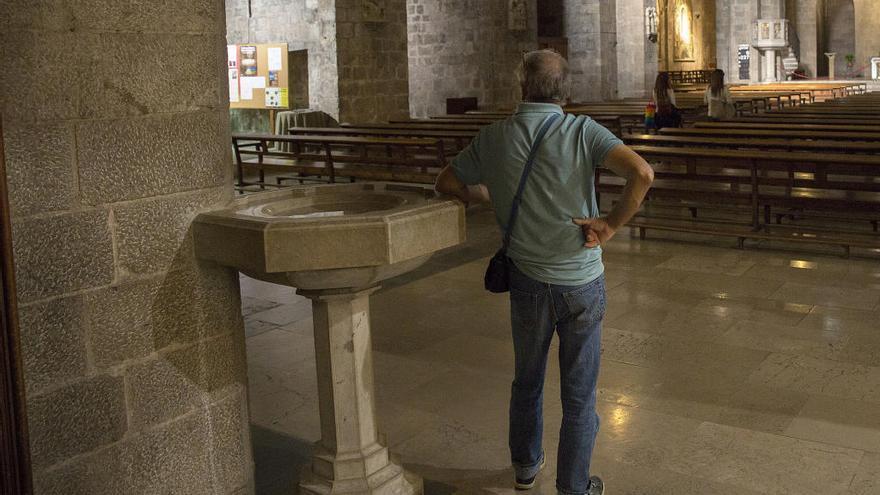 El Bisbat de Girona es planteja retirar l'aigua beneïda a causa del coronavirus