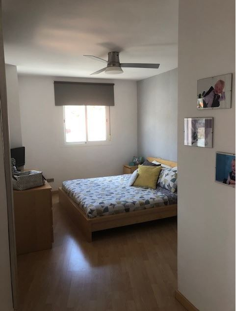 Hay tres habitaciones dobles en el primer piso, dos de ellas con baño en suite y cada una con su propio balcón privado. El piso inferior cuenta con otro dormitorio doble y un gran estudio, sala de juegos y trastero.