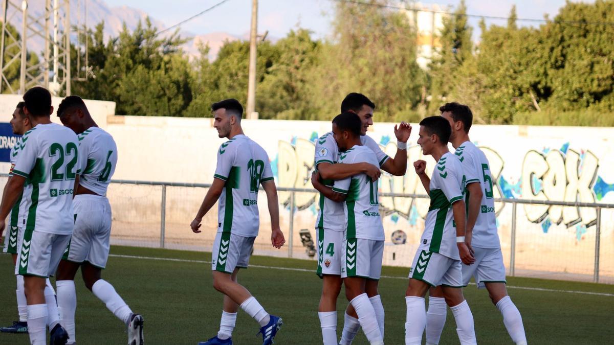 Los jugadores del Ilicitano celebran uno de los goles, ayer en Cox.
