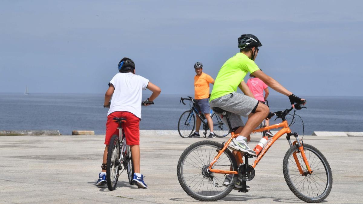 Un grupo de ciclistas disfrutan de una jornada soleada en A Coruña.
