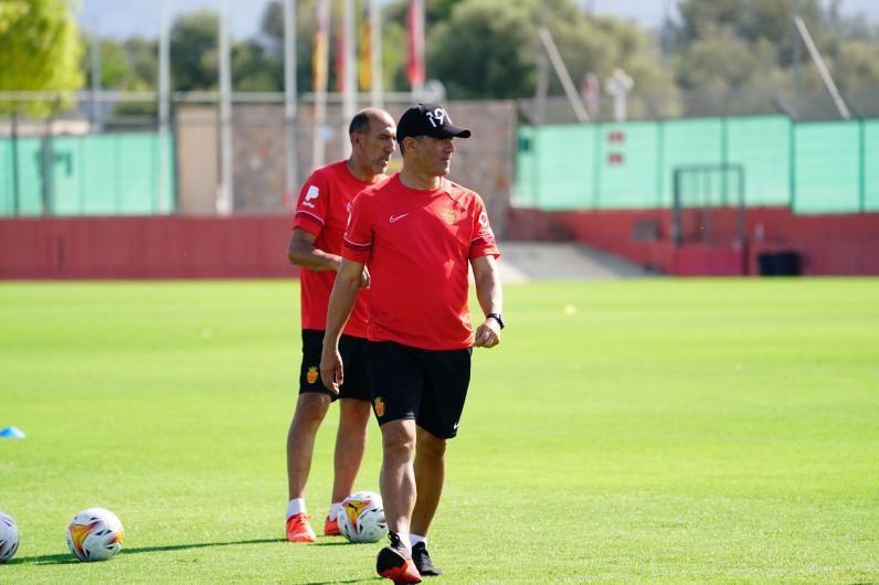 Luis García y su segundo, Pedro Rostoll, atentos a los jugadores. | RCDM