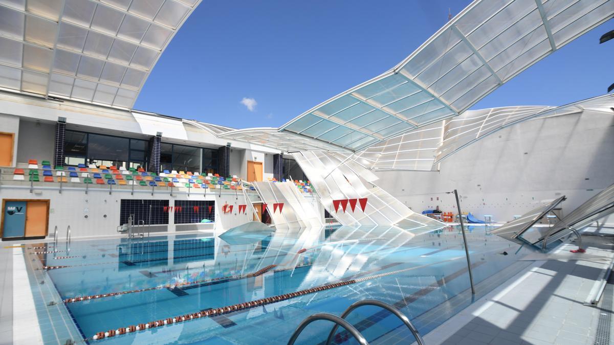 El techo de la piscina de Las Torres, desplomado sobre el vaso grande.