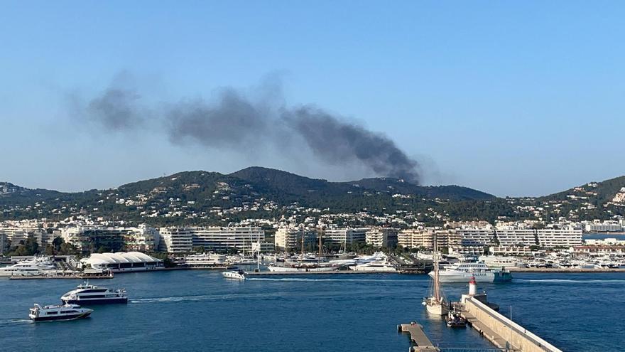 Alarma por un incendio en el vertedero de Ibiza