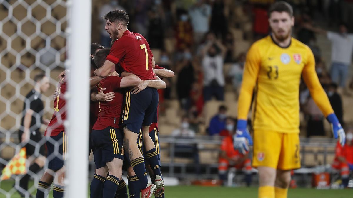 Los jugadores de la Rojita celebran el tanto de la victoria.