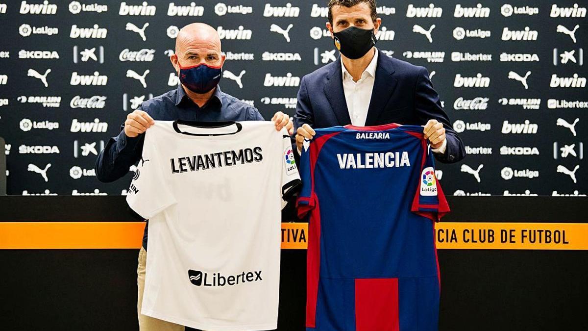 Los dos entrenadores, con las camisetas de sus equipos.